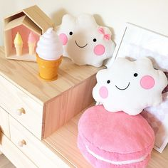 Darling cloud pillows, macaroon cushion, ice cream cone lamp and bubble wands. tinyroom.se webshop barnrum inredning.