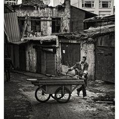 sözcükleri eksik olan şehir: İstanbul Fotoğraf: Mustafa Seven #istanbul #streetphotography #sokak #insan #istanlook