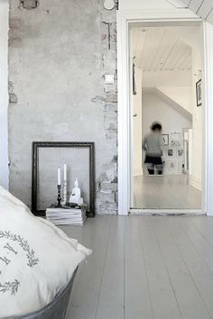 raw wall, photo by Helena Köhl | vosgesparis. Painted grey floorboards