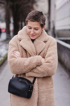 tifmys – Teddy coat: H&M | Dress: Saint Tropez | Boots: Deichmann | Bag: A.P.C. Halfmoon | Earrings: Jukserei