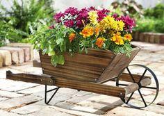 idée de déco de jardin en pots originaux: brouette en bois