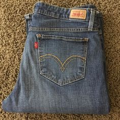 Jeans Levi super low great condition no wear !!! I don't think there low meaning waist ? Kinda a boot cut Levi's Jeans