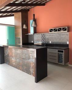 As cores escuras foram um dos trunfos da arquiteta Isabela de Andrade ao realizar essa área gourmet. Elas funcionaram como a base perfeita para contrapor ao nosso porcelanato Oxy na bancada. Gostaram do resultado?  Porcelanato: Oxy 52,7x105   Projeto: @idea_arquidecor     #Biancogres #Revestimento #Porcelanato #Arquitetura #Interiores #Decor #Design #Tendencia #AreaGourmet #AreaExterna #DesignIndustrial #Oxy #ColecaoContemporaneos Home Design Decor, House Design, Kitchen Worktop, Kitchen Flooring, Bistro Decor, Barbecue Area, Hotel Decor, Outdoor Kitchen Design, Sweet Home