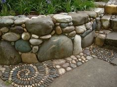 Prachtig stenen muurtje, ziet er natuurlijk en erg stoer uit.