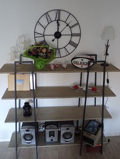 Fabriquer des étagères style industriel à partir d'étagères Ikea Lerberg #ikea #LERBERG Lerberg Ikea, Ikea Hackers, Diy Table, Diy Projects To Try, Industrial Style, Shelving, Sweet Home, House Design, Leroy Merlin