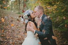 A kiss under the falling leaves #Fall #Wedding #Idea