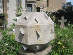 https://upload.wikimedia.org/wikipedia/commons/2/2c/Polyeder-Sonnenuhr_Stadtmuseum_G%C3%B6ttingen_3.jpg