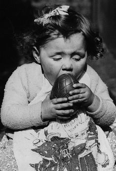 Little girl getting messy with her chocolate Easter Egg (Photo by Fox Photos/Getty Images) March, 1938 easter images Vintage Easter, Vintage Holiday, Retro Vintage, Egg Photo, Photo Art, Happy Easter Everyone, Easter Pictures, Time Pictures, Easter Chocolate
