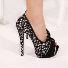 women's shoes Trends...la combinación del blanco y negro es ideal, pero recuerda que tus pies hablan de ti también y el color de sus uñas deben de combinar.