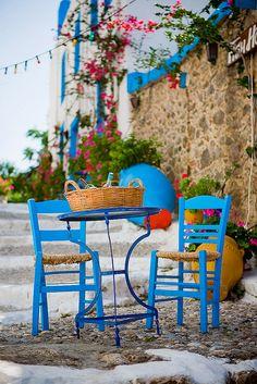 Colorful Scene, Kos, Greece heerlijk dit tafereel krakkemikke stoeltjes met een bruisende spa met citroen, een boerensalade met brood en de zon