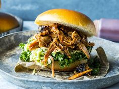 Pulled chicken: Burger med revet kylling | Godt.no Dinner Side Dishes, Dinner Sides, Pulled Pork, Pulled Chicken, Coleslaw, Chicken Recipes, Bbq, Ethnic Recipes, Food