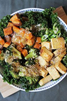 Bol du Buddha: kale au sésame, patate douce, brocoli et tofu rôtis, sauce arachide