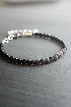 Armband onyx – silver | Foxboheme - Ett nätt silverpläterat armband med små facettslipade ädelstenar av svart onyx och grå labradorit.
