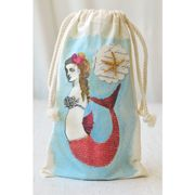 Use your sea-themed sack for collecting sea shells at the beach, packaging a gift, or simply adding a touch of summer to your home décor. Start by stamping the mermaid torso and tail images onto a muslin bag. Use StazOn ink with a large acrylic block to s Painted Canvas Bags, Cloth Paper Scissors, Mermaid Under The Sea, Muslin Bags, Diy Crafts For Gifts, Fabric Painting, Baby Sewing, Handmade Christmas, Sea Shells