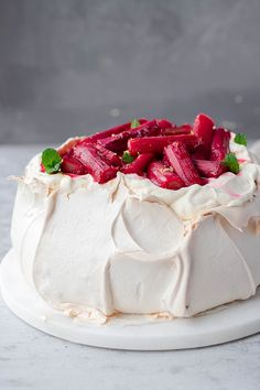 A beautiful spiced Christmas pavlova that will tantalise and transport your tastebuds to a German winter market. This is a show stopper dessert for a winter dinner party that you will LOVE! Winter Desserts, Fun Desserts, Delicious Desserts, Yummy Food, Healthy Desserts, Cake Recipes, Dessert Recipes, Dessert Ideas, Dessert Bars