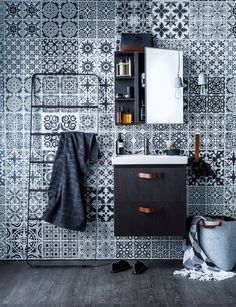 Moroccan motifs, faux wood tiles and clean minimalistic bathroom fittings Moroccan Bathroom, Modern Bathroom, White Bathroom, Bathroom Wall, Bathroom Ideas, Modern Moroccan, Moroccan Style, Wallpaper For Small Bathrooms, Faux Wood Tiles