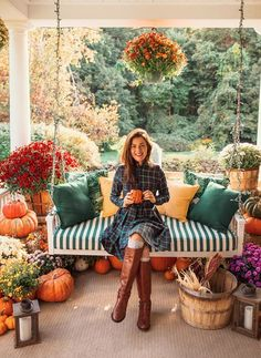 Fall Home Decor, Autumn Home, Classy Girl, Decoration Design, Flower Decoration, Cozy Cabin, Soft Blankets, Porch Decorating, Decorating Ideas