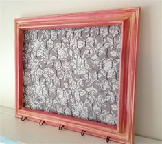 Distressed Pink Chicken Wire Frame with Gray Fabric, Hair bow and hair clip orgainizer, memo board, photo board, jewelry holder. Hooks on bottom for keys Chicken Wire Crafts, Chicken Wire Frame, Little Mac, Diys, Diy Jewelry Holder, Framed Fabric, Kids Jewelry, Jewelry Dish, Jewelry Stand