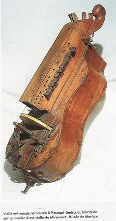 Previous pin recalled this a vielle - medieval ancestor of the violin, but it is really a hurdy gurdy Violin Family, Renaissance Music, Hurdy Gurdy, Canti, Indian Music, Old Music, Yesterday And Today, Instrumental, Musical Instruments