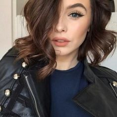 Loose bob curls, cat flick eyeliner and peach lips for beauty inspo. #makeup #eyeliner #shorthair