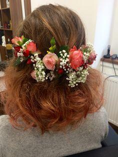 Podzimní romatická nevěsta a její svatební účes. / Autumn romantic bride and her wedding hairstyle.