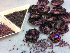 Beaded Flowers Patterns, Bead Crochet Patterns, Beaded Jewelry Patterns, Bead Loom Designs, Seed Bead Flowers, Beaded Boxes, Beaded Crafts, Loom Beading, How To Make Beads