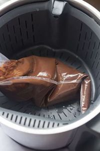 Trick: how to melt chocolate without staining our thermomix Ingredients : 500 ml. of water Up to 300 gr. of any type of chocolate In … leer Chocolate Thermomix, Dessert Thermomix, Bakery Recipes, Dessert Recipes, Easy Cooking, Cooking Recipes, Cookie Desserts, Melting Chocolate, No Bake Cake