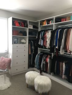 Having a small walk in closet in your bedroom can seem like a curse, especially if there is not nearly enough space for all your things. Discover the most effective walk in closet ideas Closet Walk-in, White Closet, Closet Ideas, Closet Wall, Closet Office, Master Bedroom Closet, Basement Bedrooms, Budget Bedroom, Kids Bedroom
