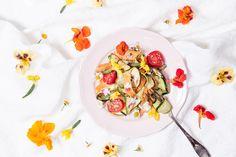 Kesäniitty lautasella | K-ruoka  #koristelu #kesä #syötävätkukat Panna Cotta, Ethnic Recipes, Food, Dulce De Leche, Essen, Meals, Yemek, Eten