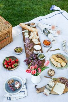 A sunset picnic with lots of yummy paired with cheeses, fruit, nuts, and more toppings! See more picnic + charcuterie essentials : jojotastic Picknick Snacks, Comida Picnic, Picnic Date, Picnic Dinner, Brunch, Romantic Picnics, Romantic Dinners, Learn To Cook, Food And Drink