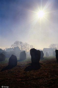 Symboliques du mégalithisme Armoricain, les alignements de Carnac (Morbihan) sont aujourd'hui réexaminés sur les bases de nouvelles découvertes et recherches. Néolithique...