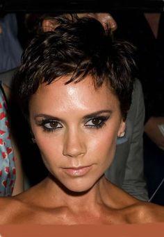 Garçonne Schnitt, Victoria Beckham - Frisurentrend: kurze Haare bei den Stars - Der Schnitt Nachdem sie mit ihrem asymmetrischen Bob weltweit einen neuen Trend setzte, wagte sich Victoria Beckham an einen noch markanteren Look: ein super dynamischer, ausgedünnter Garçonne-Schnitt...