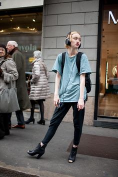 They Are Wearing: Milan Fashion Week Fall 2016 Milan Fashion Week Street Style, Fall Fashion 2016, Model Street Style, Cool Street Fashion, Look Fashion, Fashion Photo, Fashion News, Autumn Fashion, Girl Fashion