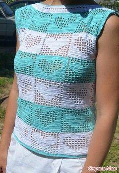 Ecco una maglietta facile da realizzare anche per le principiante con motivo di cuoricini che può essere adattato anche per copertine per neonati.