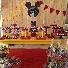 Festa super bacana com tema Mickey, adorei! #regram @4cakesrecife ❤️ #kikidsparty