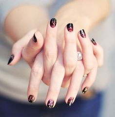 Nail art pioggia glitter nera e rossa