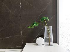 Baño elegante con el porcelánico de gran formato XLIGHT Premium SAVAGE Dark - #URBATEK #PORCELANOSA - Gres porcelánico de fino espesor - Porcelain Stone Tile, Marble Floor Tile - #stoneware #precious #stones #marble #porcelain #tile #porcelaintiles #floors #ceramics #design #architecture #dark #grey #bathroom #krion #noken