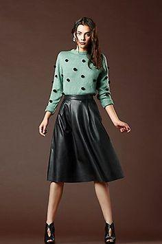 Piel y perlé. Jersey de @titisclothing, falda de @veromodafashion y botines peep-toe de @exeshoes.