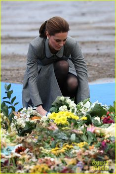 Duchess Kate Middleton & Prince William Pay Respects to Helicopter Crash Victims: Photo Catherine, Duchess of Cambridge Cambridge (aka Kate Middleton) lays a bouquet of flowers down to honor those who were tragically killed in a helicopter crash last… Kate Middleton Prince William, Prince William And Catherine, William Kate, Royal Family News, British Royal Families, Princess Kate, Princess Charlotte, Queen Kate, Herzogin Von Cambridge