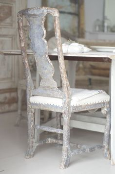 This swedish chair can turn its back on me anytime it wishes. Old Chairs, Antique Chairs, Vintage Chairs, Swedish Style, Swedish Design, Swedish Interiors, Rustic Interiors, Painted Chairs, Painted Furniture