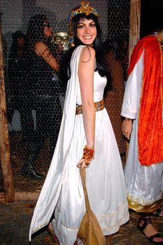 Anne Hathaway - Cleopatra - fancy dress up Halloween costume Celebrity Teeth, Celebrity Halloween Costumes, Cool Halloween Costumes, Diy Costumes, Costumes For Women, Costume Ideas, Mummy Costumes, Teen Costumes, Woman Costumes