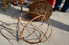 Mit 12 weiteren Gifhorner Landfrauen nahm ich heute unter der Leitung von Diana Stegmann an einem Weidenflechtkurs teil. Wir hatten 4 Stunden Zeit um uns eine Weidenkugel zu bauen. Ich war überrascht, dass dabei so viel Zeit draufgeht. Zuerst wanden wir aus 4 Weidenruten Ringe, welche wie eine Weltkugel ineinander …