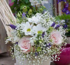 Luftiger Brautstrauß aus Schleierkraut, Sweet Avelanche Rosen, Lavendel