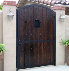 iron wood gates – Homes Tips Side Gates, Front Gates, Entrance Gates, Fence Doors, Garden Doors, Iron Garden Gates, Tor Design, Gate Design, Wooden Gates