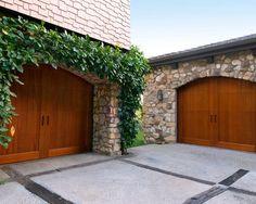 Cette image montre un garage pour deux voitures traditionnel.