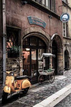 Old Restaurant and Vespa. Piaggio Vespa, Vespa Scooters, Vespa Vintage, Vintage Italy, Vintage Cars, Vintage Stuff, Triumph Motorcycles, Mopar, Vespas