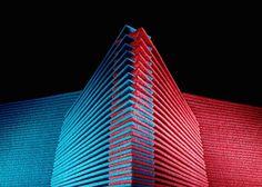 Escultura de chicle o goma de mascar colo rojo y azul que emula un edificio
