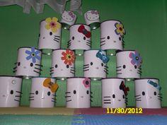 bolsitas de dulce en latas de leche. Vitori´s hello kitty party!