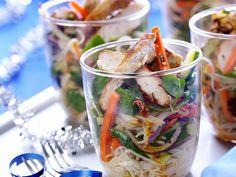 Hähnchenstreifen mit Gemüse und Nudelsalat | http://eatsmarter.de/rezepte/haehnchenstreifen-mit-gemuese-und-nudelsalat