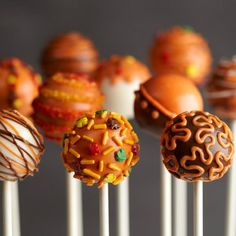 Pumpkin Spice cake pops make a delicious Halloween treat or party favor! from Cake Decorating Pumpkin Spice cake pops make a delicious Halloween treat or party favor! from Cake Decorating… Halloween Desserts, Halloween Treats, Samhain Halloween, Fall Treats, Holiday Treats, Holiday Decor, Wilton Cakes, Cupcake Cakes, Thanksgiving Cake Pops